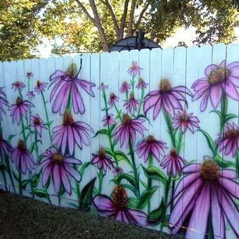 Рисунки на заборе на даче – лучший способ оформления скучного однообразного полотна.