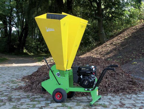 Садовый измельчитель отходов с бензиновым приводом.
