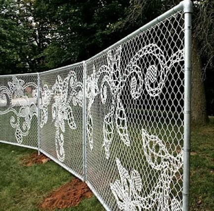 Сетка рабица с узорами прекрасно смотрится и украшает участок.