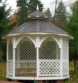 Шатровая форма крыши у садового павильона