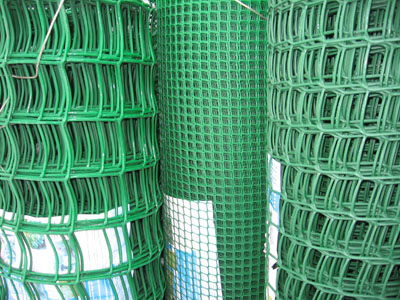Шпалерная сетка с разными ячейками для вьющихся растений