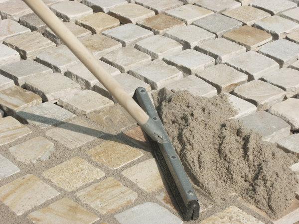 Швы затираются сухой цементно-песчаной смесью