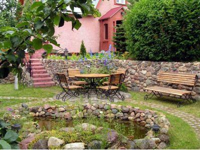 Скамейки, стол и стулья позволят вам не просто отдыхать, но и ужинать на лоне природы