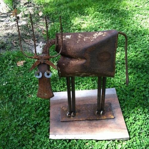Скульптура из старого садового инструмента.