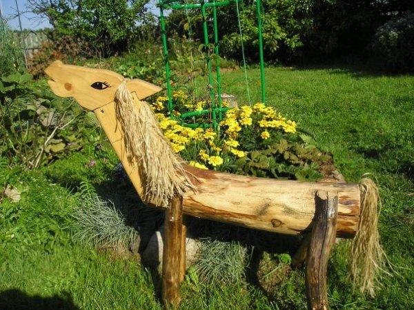 Сочетание клумбы и декоративной садовой скульптуры