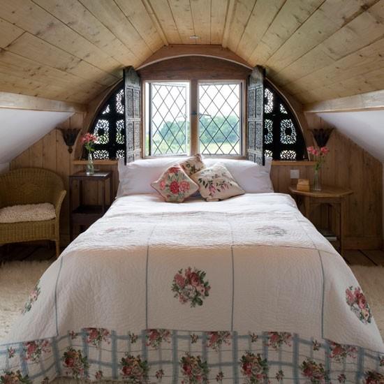 Спальное место в стиле прованс на чердаке