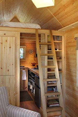 Спальня размещена на уровне потолка