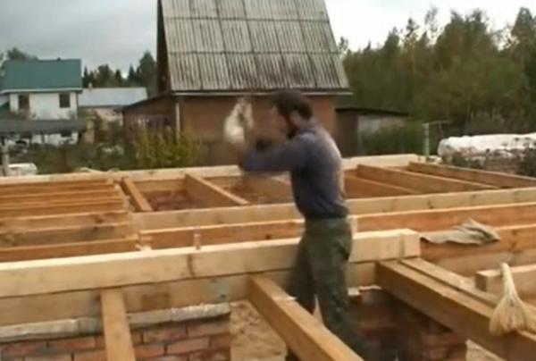 Стеновой брус для прочности скрепляют шкантами