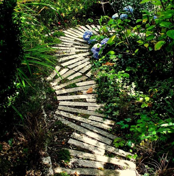 Стильный элемент садового интерьера - дорожка.
