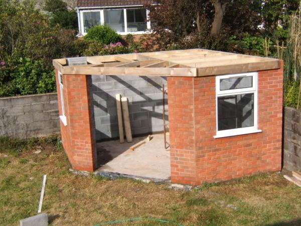 Строительство хоз. постройки из кирпича и шлакоблоков с бетонным полом.