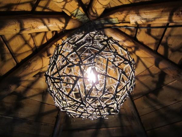 Светильник из веток – прекрасное решение для загородного участка