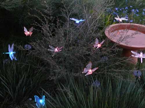 Светящиеся фигурки бабочек и стрекоз – прекрасное дополнение к дизайну вашего участка