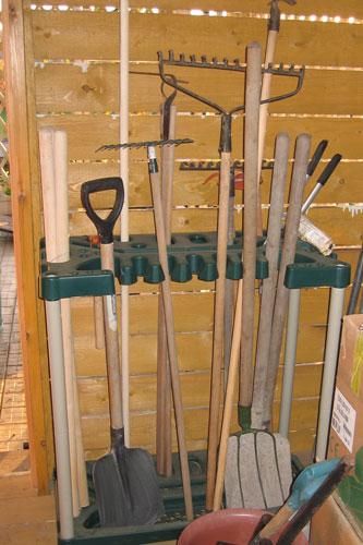 Так можно организовать хранение садового инвентаря в сарае