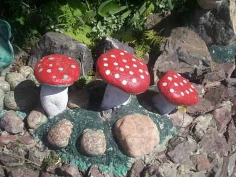 Такие грибки украсят клумбу и станут оригинальным украшением