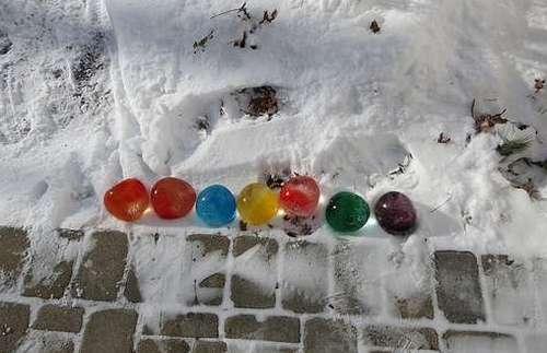 Такие ледяные шарики привнесут яркости в скучный зимний период