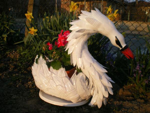 Такого лебедя можно легко сделать из белых бутылок из-под кефира или из обычных, но их придется окрасить