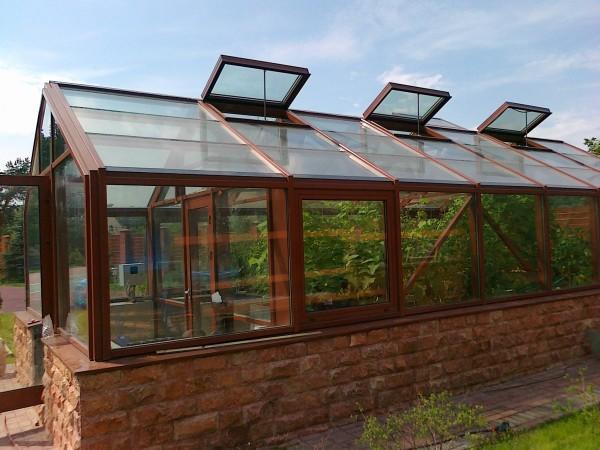 Теплицы давно перестали быть просто постройкой, теперь каждый уважающий себя садовод пытается соорудить что-нибудь красивое и необычное
