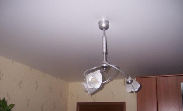 Тканевый потолок лишен блеска, но выглядит совершенно