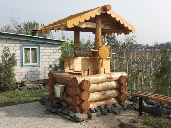 Традиционное декорирование колодца с использованием оцилиндрованного бревна