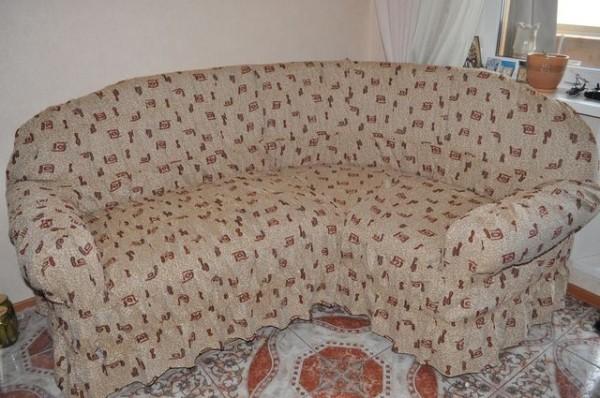 Угловые диваны для дачи проще всего нарядить в чехол, так как перетягивать их гораздо сложнее, чем обычные модели