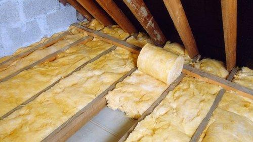 Укладка теплоизолятора на потолке