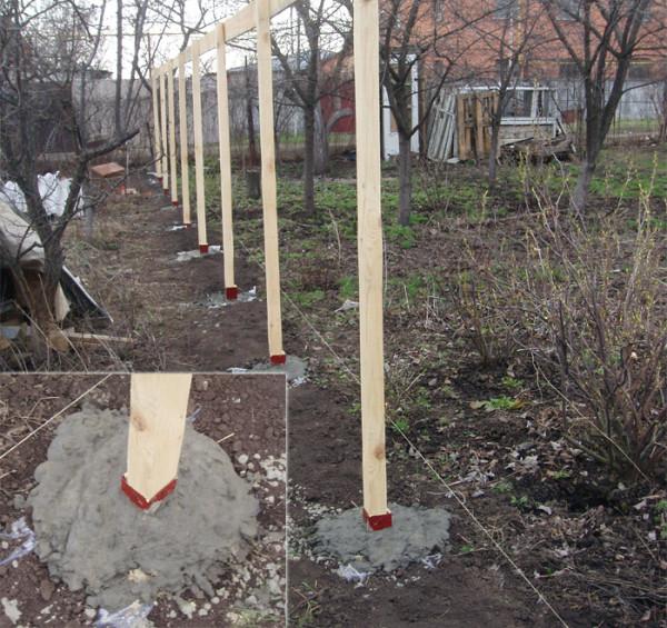 Устанавливаем столбики в бетон.