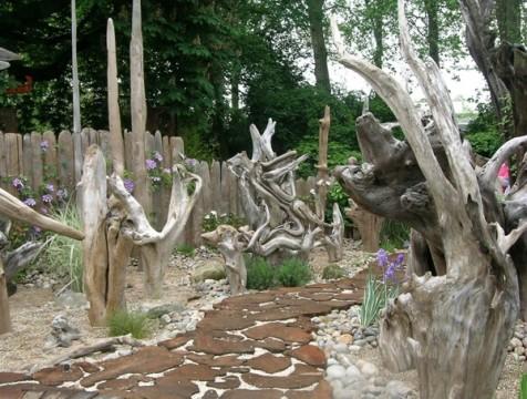 В этом примере достаточно было ошкурить дерево и защитить от влаги