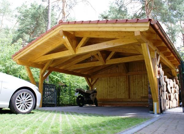 В качестве материала для навеса можно использовать древесину