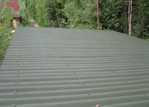 В качестве покрытия для крыши можно использовать и шифер