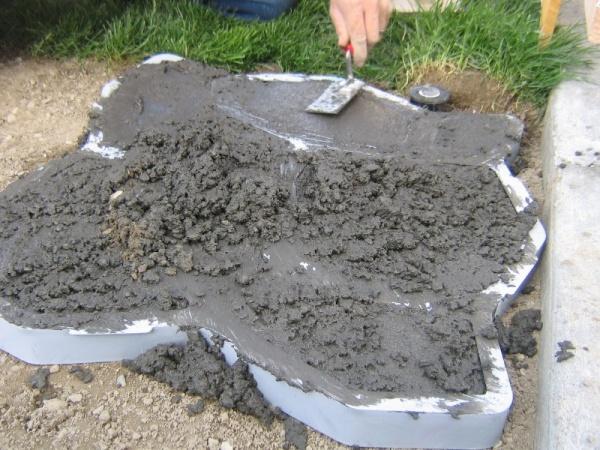 Верхняя поверхность бетона тщательно выглаживается
