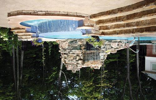 Водопад может быть не только частью ландшафтного дизайна, но и частью полноценного водоема для купания