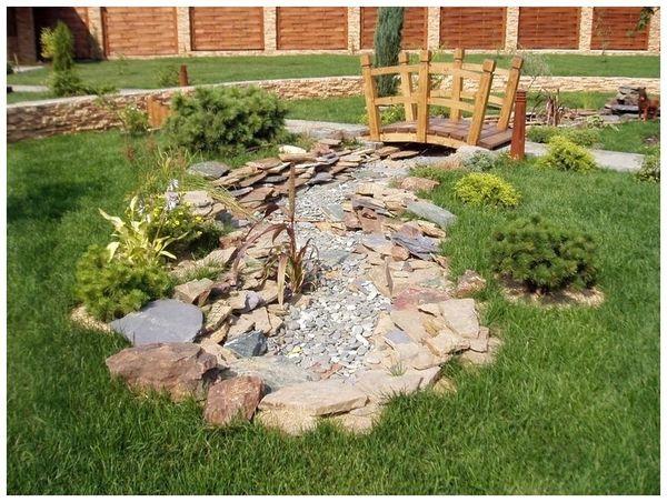 Вы можете сделать на своей даче импровизированное пересохшее русло реки, как на фото или ручья