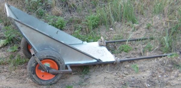 Жестяной кузов на каркасе из квадратной трубы.