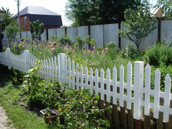 Аккуратный внутренний и солидный внешний садовые заборы