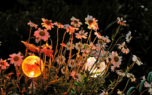 Акцентная подсветка цветочной клумбы