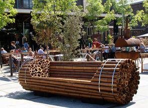Большая бамбуковая связка использована для оригинальной лавочки