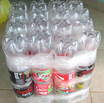Бутылки обматываются скотчем в нижней и верхней части