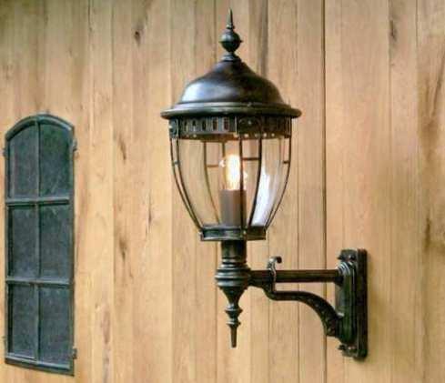 Чаще всего настенные модификации выполняются в старинном стиле