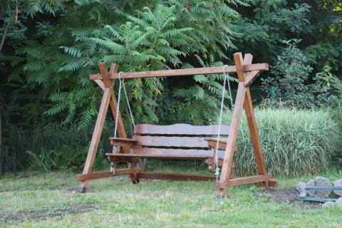 Часто конструкция качели естественным образом ограничивает амплитуду колебаний сиденья за счет правильного подбора высоты перекладины и размеров лавки.