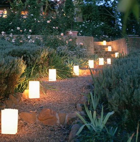 Чтобы добиться равномерного света, невысокие светильники нужно располагать очень часто