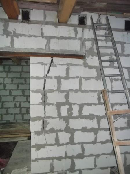 Деформация стены привела к появлению широкой трещины.