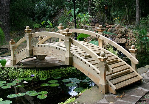 Деревянная конструкция с перилами
