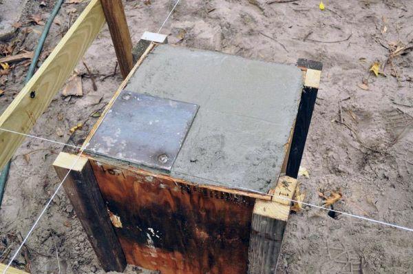 Для того, чтобы приварить контейнер к фундаменту нужно еще при бетонировании столбиков приварить к арматуре металлический лист