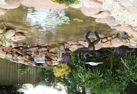 Для украшения можно использовать садовые фигуры