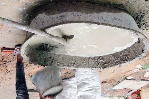 Для заливки столбиков используется бетон