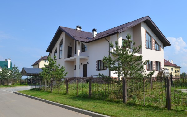 Дом на фото трудно выдать за строение с площадью менее 50 квадратных метров.