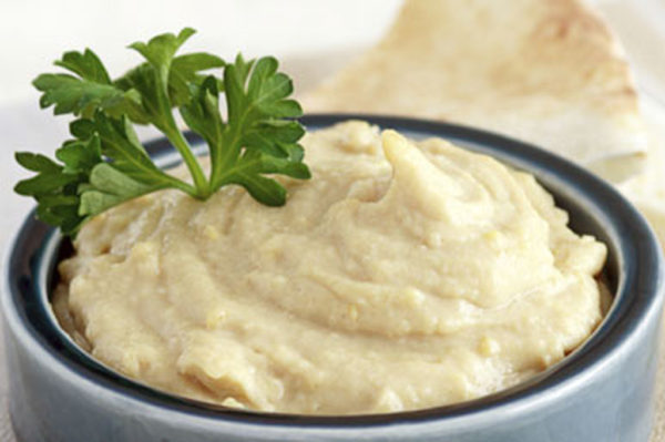 Чесночную пасту можно мазать на хлеб или добавлять в блюда