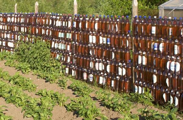 Фото дачного забора из пластиковых бутылок