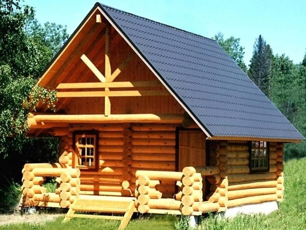 Фото сборного жилого домика с мансардой из оцилиндрованного бревна.