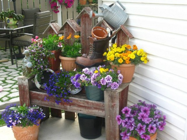 Фото скамьи с цветами